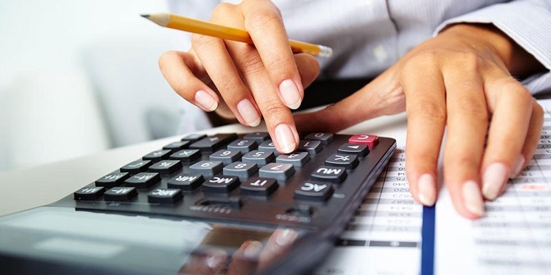Девушка ведет подсчеты на калькуляторе