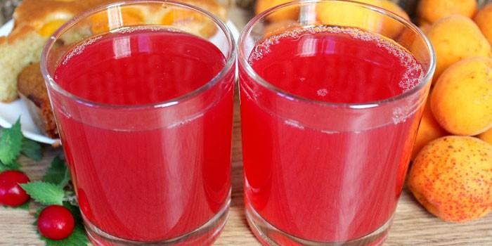 Абрикосово-вишневый компот в стаканах