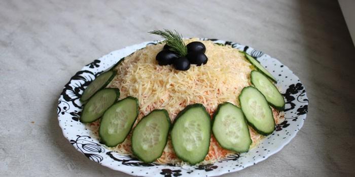 Готовый салат на блюде