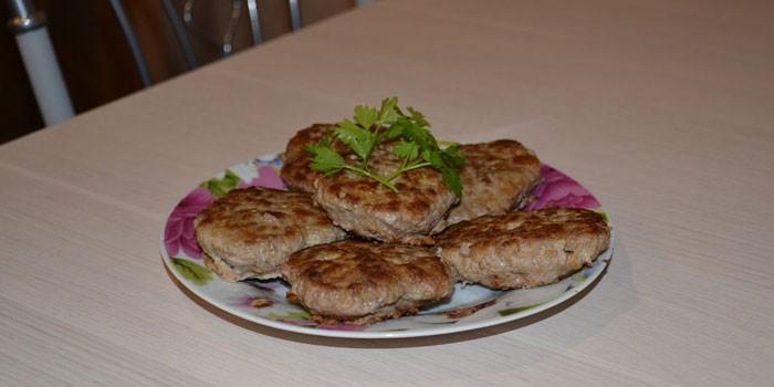 Готовые диетические котлеты из говяжьего фарша на тарелке