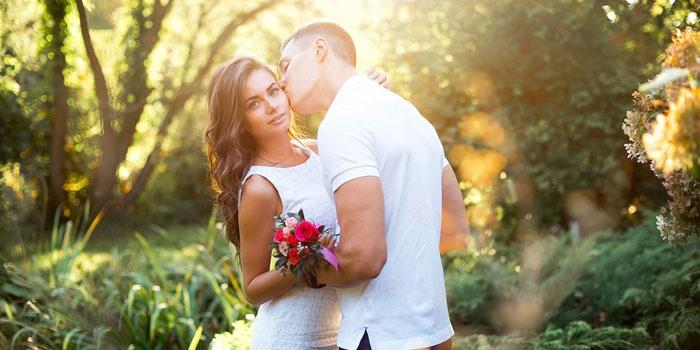 Художественная фотография влюбленной пары на природе
