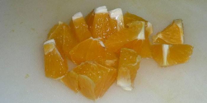 Нарезанный кубиками апельсин
