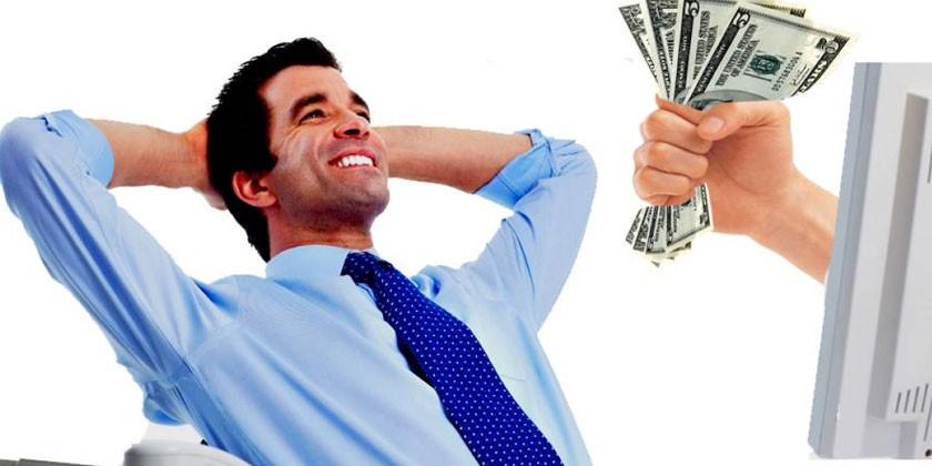 Мужчина и деньги из монитора