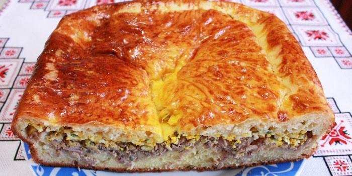 Пирог с начинкой из свежей рыбы и яиц