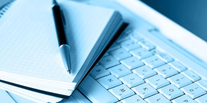 Блокнот, ручка и ноутбук