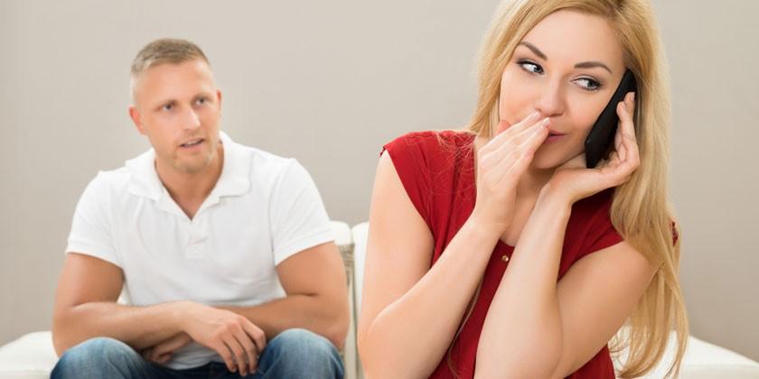 Мужчина и женщина, разговаривающая по телефону