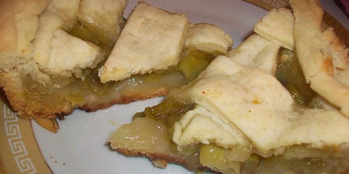 Пирог из слоеного теста с начинкой из ревеня