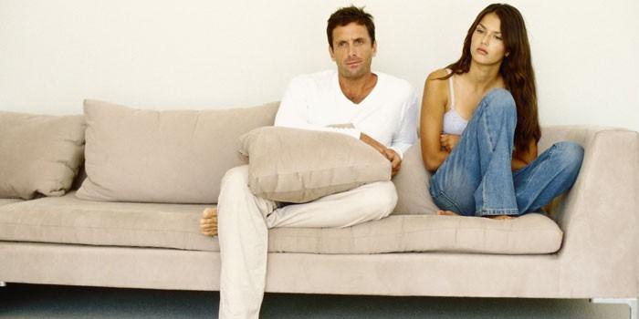 Парень и девушка сидят на диване