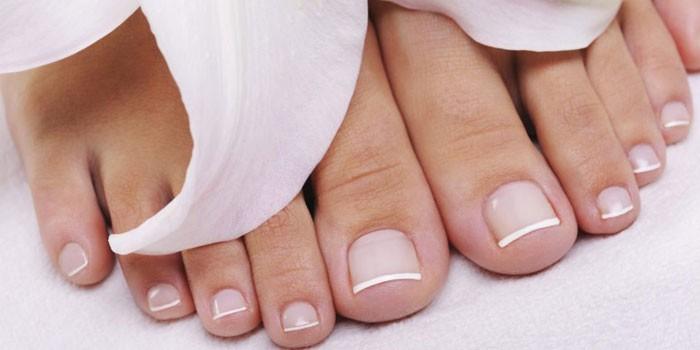 Французский маникюр на ногтях ног