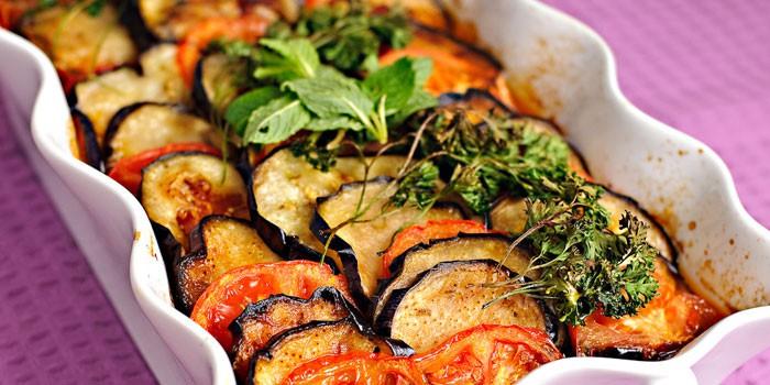 Запеченные баклажаны и помидорами в форме