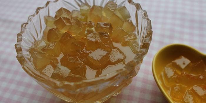 Готовое арбузное варенье с содой в вазочке