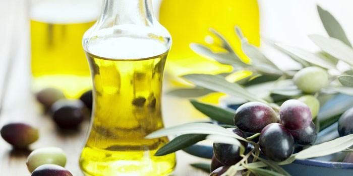 Оливковое масло в стеклянном сосуде