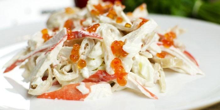 Тарелка салата Красное море с кальмарами и икрой