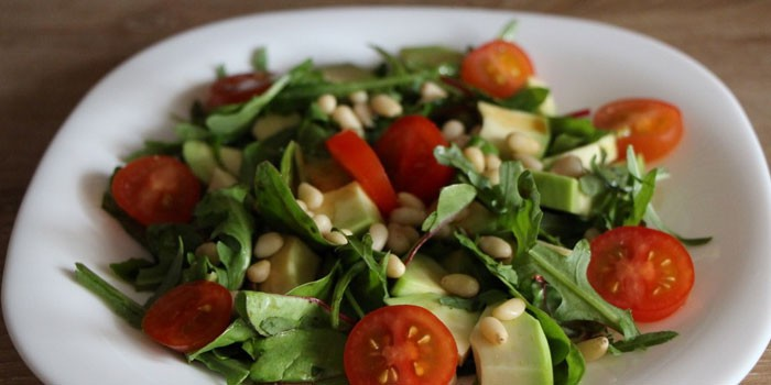 Салат с рукколой, томатами, кедровыми орехами и авокадо