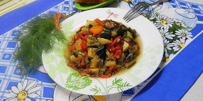 Тушеные овощи в тарелке