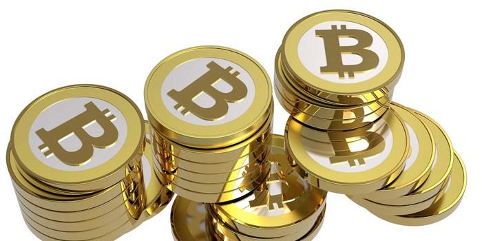 Монетки со значками биткоинов