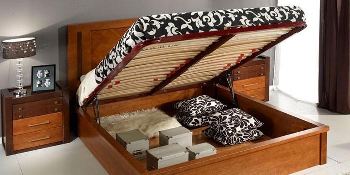 Деревянная кровать с подъемным механизмом и ортопедическим основанием