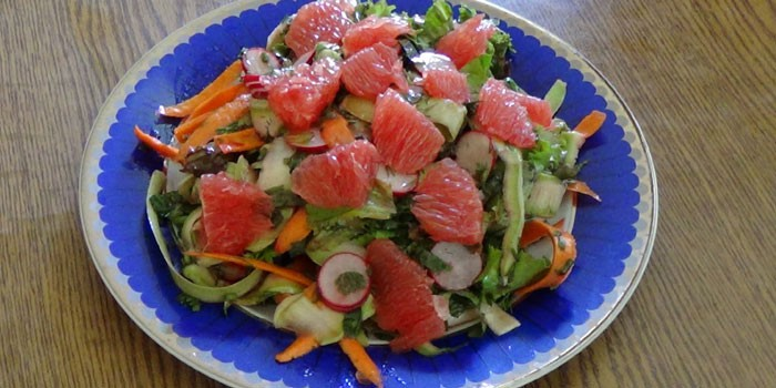 Овощной салат из свежих кабачков и грейпфрута