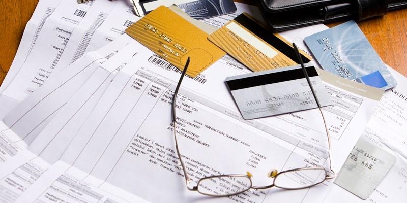 Счета, пластиковые карты и очки