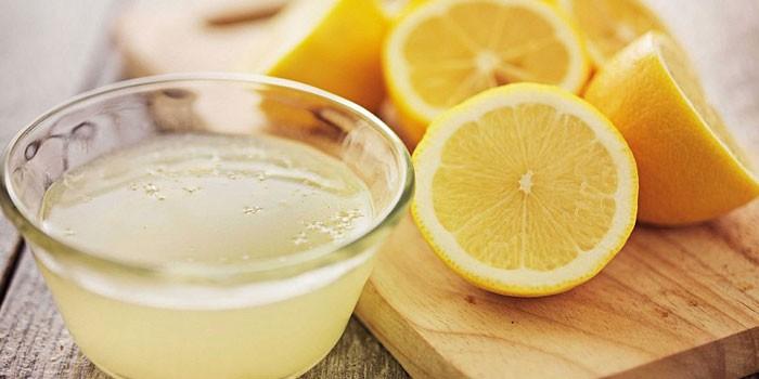 Лимонный сок и половинки лимонов