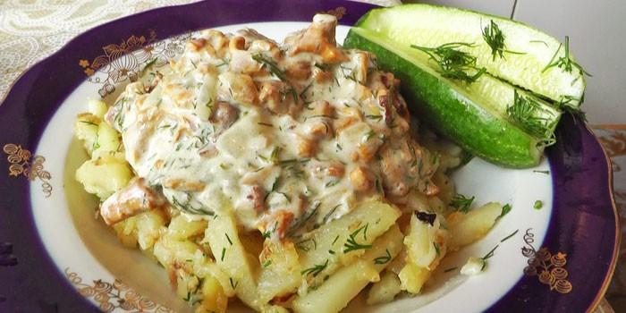 Жареный картофель с лисичками в сметанном соусе