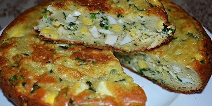 Готовый заливной пирог с яйцами и зеленым луком