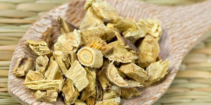 Корень алтея в деревянной ложке