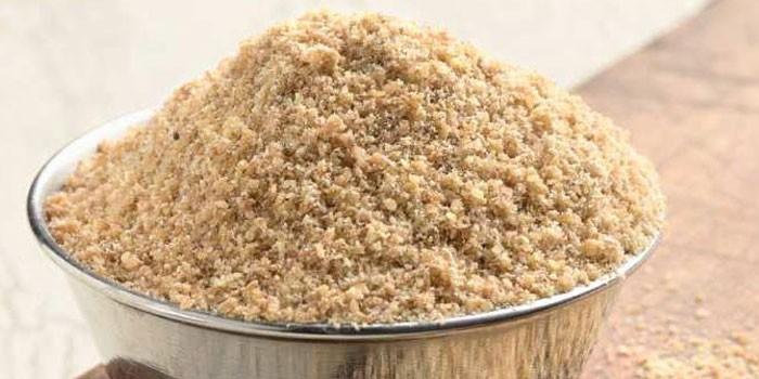 Мука из семян льна в миске