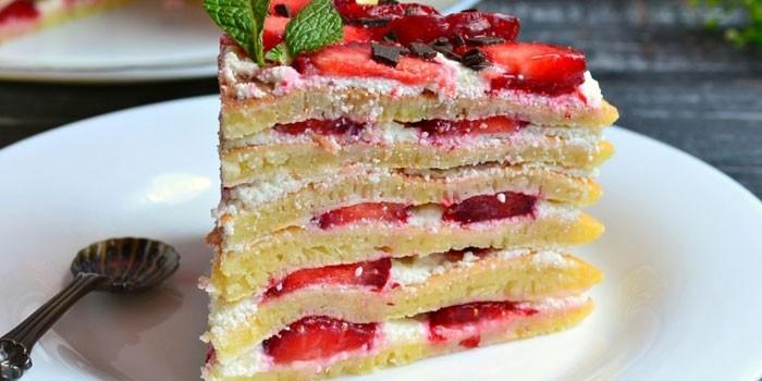Кусочек блинного торта с клубникой