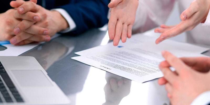 Люди осуждают контракт