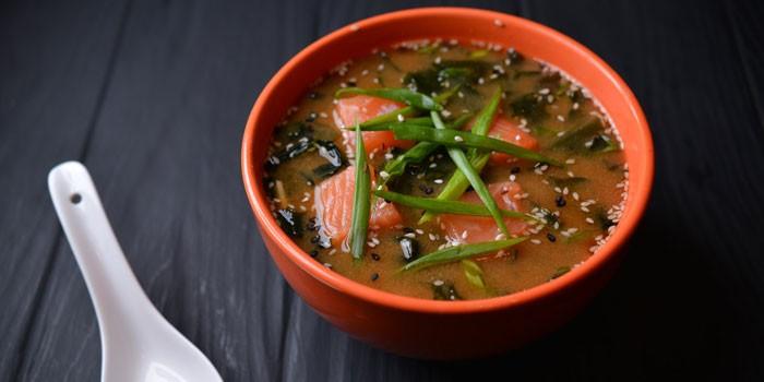 Готовый мисо-суп с лососем в тарелке