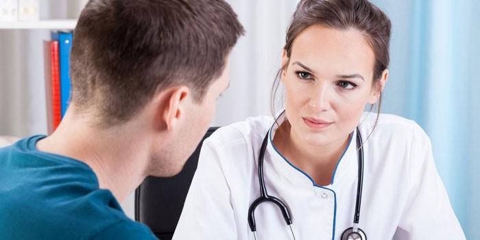 Парень беседует с врачом