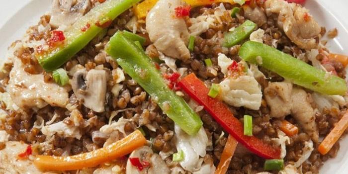 Готовая гречка с овощами и курицей