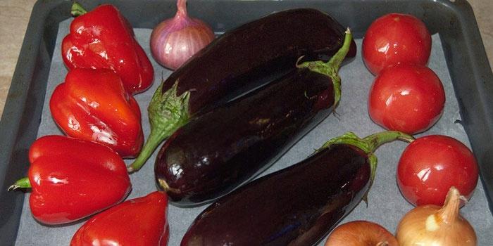 Баклажаны, перец, томаты на противне целиком