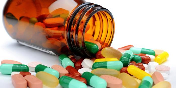 Баночка с таблетками и капсулами