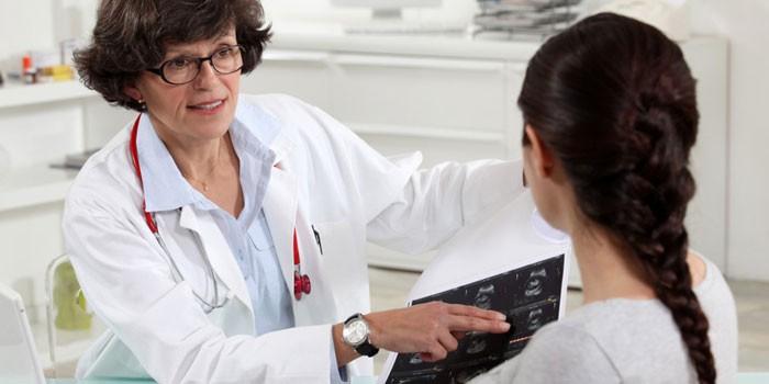 Женщина на приме у врача