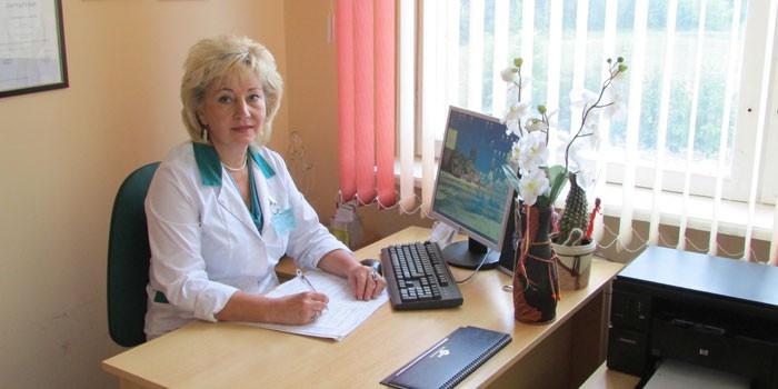 Женщина-врач в кабинете