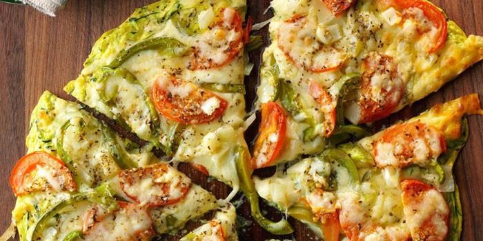 Приготовленная на сковороде пицца из кабачков с овощами и сыром