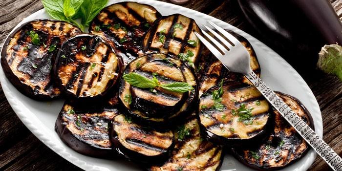 Готовые баклажаны-гриль на блюде
