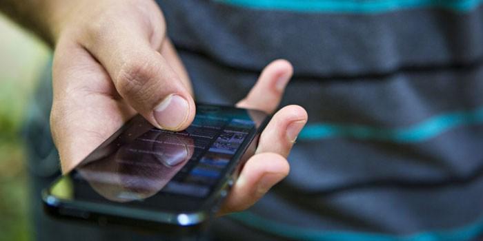Смартфон в руках у мужчины