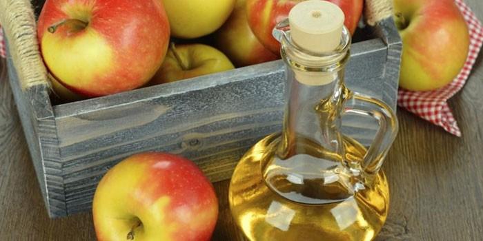 Яблочный уксус и спелые яблоки