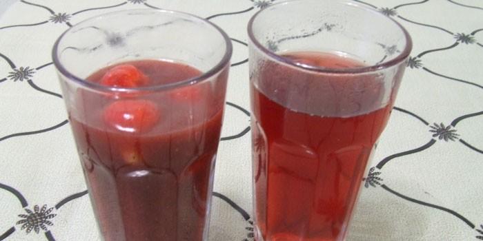 Компот из замороженной вишни в стаканах