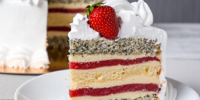 Кусочек торта Клубничный поцелуй на тарелке
