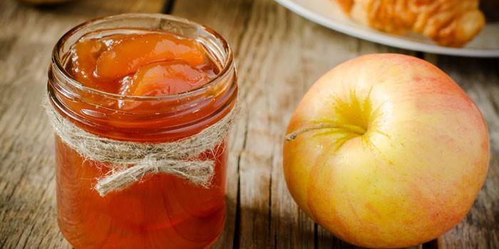 Яблоко и баночка с заготовкой