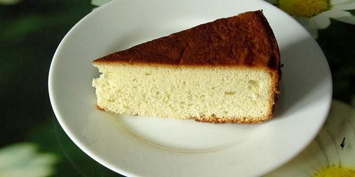 Кусочек готового бисквита на тарелке