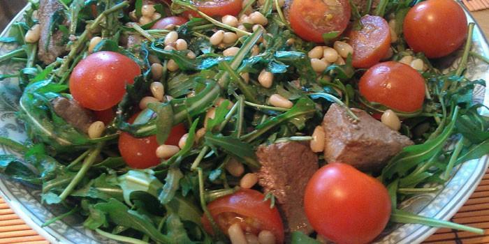 Теплый салат с рукколой, томатами и печенью