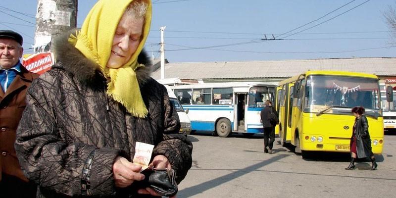 Пожилая женщина на остановке