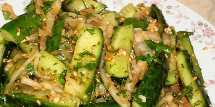 Салат из огурцов по-корейски с луком и кунжутом