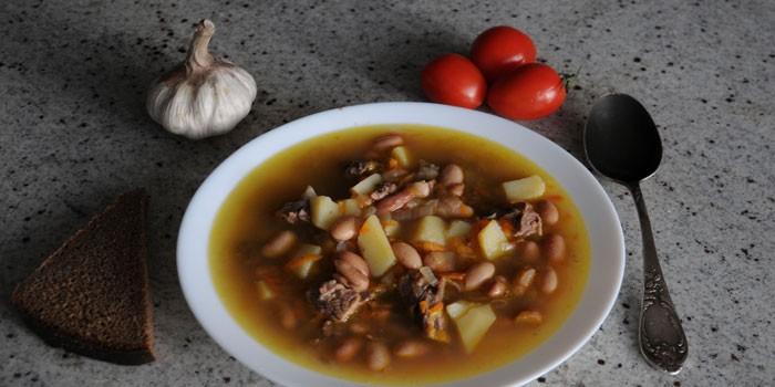 Грибной суп с фасолью в тарелке