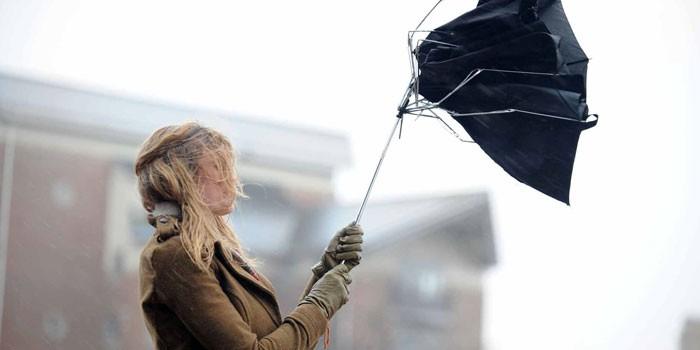 Девушка со сломанным зонтом